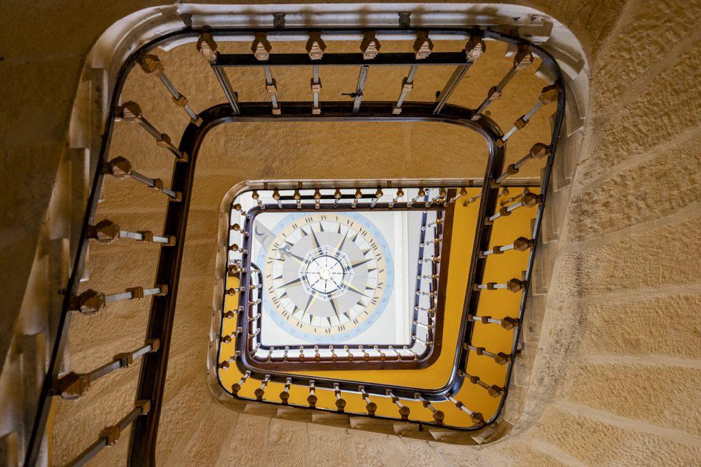 photo de perspective d'un escalier dans un chateau