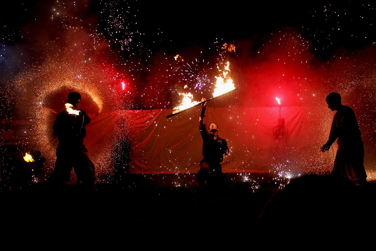 Photographe événementiel et reportages professionnels Jongleurs de feu pour un spectacle du 14 juillet au château de villandraut
