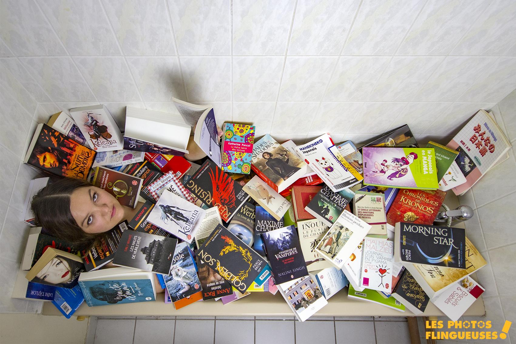 femme dans une baignoire recouverte de livres sur une photo originale en couleur
