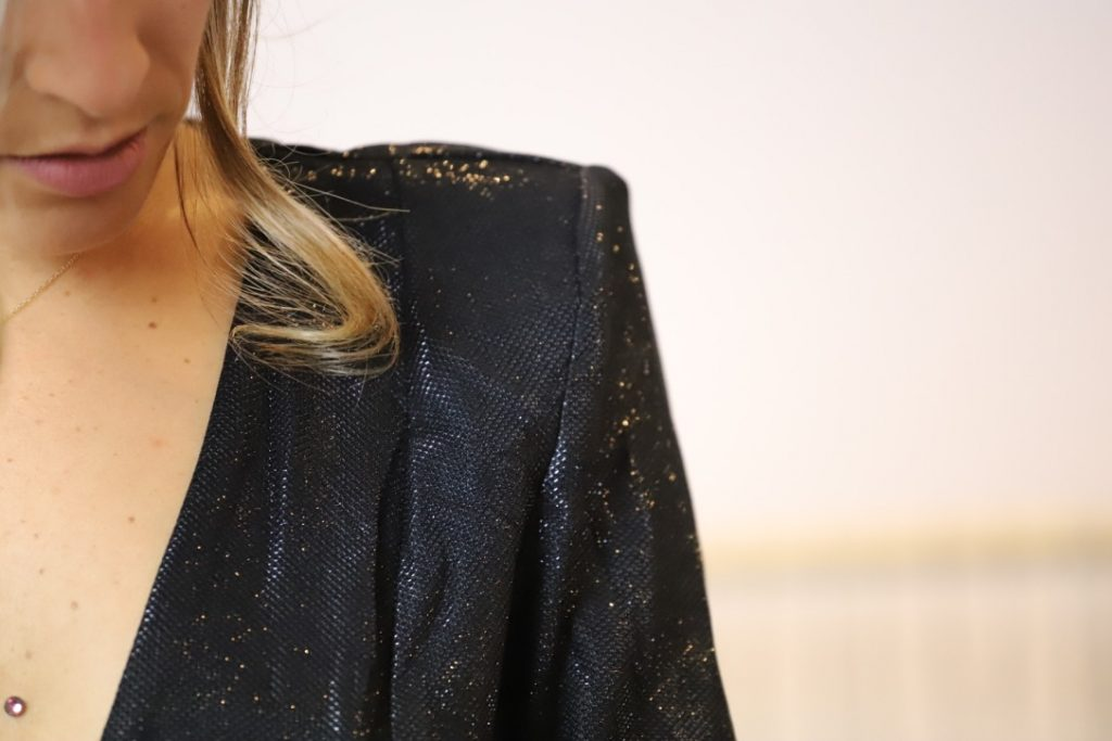 shooting photo de mode d'une robe avec épaulettes et strass sur une petite robe noire trouvée sur twenty-one-shop