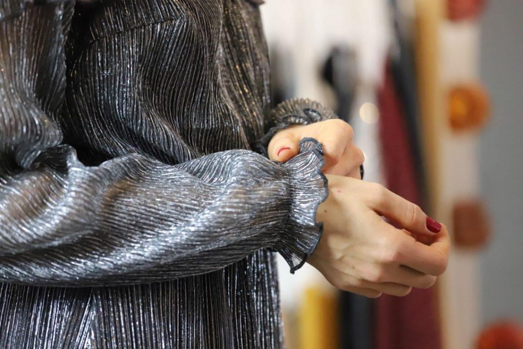 séance photo à bordeaux pour un shooting de modechemisier gris argenté acheté sur twenty-one-shop, boutique de vente en ligne de vêtements féminins