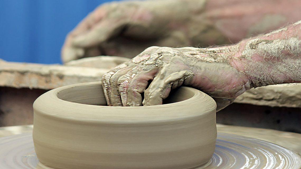 photo zoom sur une activité, la poterie, pour un photo-reportage en gironde