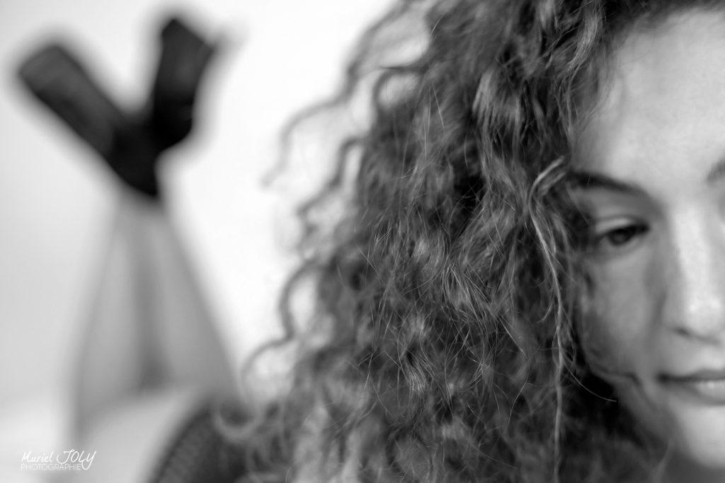 photo en noir et blanc d'une femme allongée